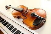 Violin and piano keys — Stock Photo