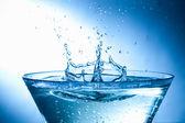 Stříkající vodě kapky — Stock fotografie