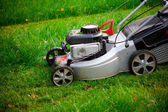 Lawn mower cutting the grass — Zdjęcie stockowe