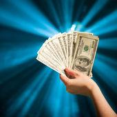 рукой придерживая банкноты 100 долларов — Стоковое фото