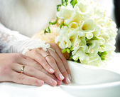 Hands of groom and bride — Foto de Stock