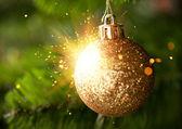 光沢のある火花が付いているクリスマス ツリー装飾 — ストック写真