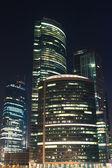 在晚上的摩天大楼 — 图库照片