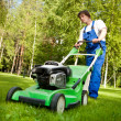 Lawn mover man working on the backyard — 图库照片