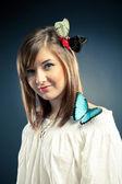 Krásná holčička a motýl na rameni — Stock fotografie