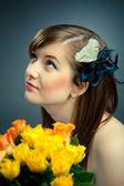 Porträtt av vacker flicka och blommor — Stockfoto