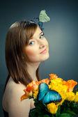 Farfalla e la giovane e bella donna — Foto Stock