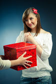 Belle fille reçoit un cadeau — Photo