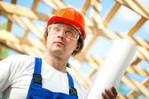 Arbetare ser på byggprojektet — Stockfoto