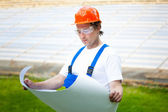 Engeneer kijken naar het plan van bouw — Stockfoto