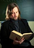 Muž s knihou — Stock fotografie