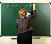Professor de matemática, escrevendo a fórmula no quadro-negro — Fotografia Stock