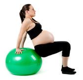 Mujer embarazada ejercicios con pelota gimnástica. hermosa pregnan — Foto de Stock
