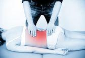 Masaj terapist bir masaj vermek. kadın alıcı profesyonel — Stok fotoğraf