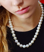 Girl with pearl necklace — Stockfoto