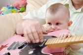 小女孩和吉他 — 图库照片