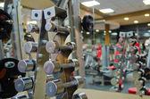Un set di manubri su rack — Foto Stock