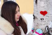 Coração de menina adolescente em suas mãos — Foto Stock
