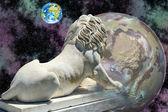 Lejonet statyn tittar på jorden — Stockfoto