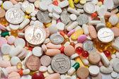 Muchas pastillas con monedas entre ellos — Foto de Stock