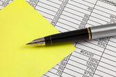 Dolma kalem, kâğıt ve elektronik — Stok fotoğraf