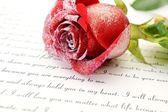 Rose rouge sur la lettre d'amour — Photo