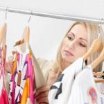 bella giovane woomen scegliendo l'abito da indossare — Foto Stock