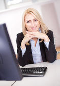 Belle femme d'affaires travaillant sur ordinateur — Photo