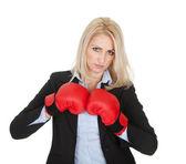 Hermosas mujeres empresarias posando con guantes de boxeo — Foto de Stock