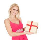 Hediye kutusu tutan güzel genç kadın — Stok fotoğraf