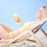 bikini kokteyl içme içinde güzel bir genç kadın — Stok fotoğraf