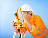 Topógrafo sênior terra com teodolito — Foto Stock