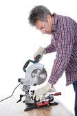 Trabalhador cortando lenha utilizando a serra circular — Foto Stock