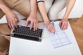 Mladý pár dělá finance na laptop — Stock fotografie