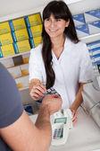 Hommes, achat de médicaments à la pharmacie — Photo