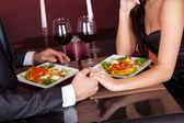 Pár na romantickou večeři v restauraci — Stock fotografie