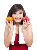 хорошенькая молодая девушка, показаны апельсином и яблоком — Стоковое фото