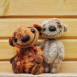 Teddy bears against a wooden wall — Lizenzfreies Foto