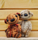 Teddy bears against a wooden wall — Stock Photo