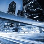 verkeer met randonscherpte licht door stad bij nacht — Stockfoto