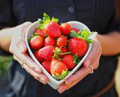 Fresa en recipiente de forma de corazón — Foto de Stock