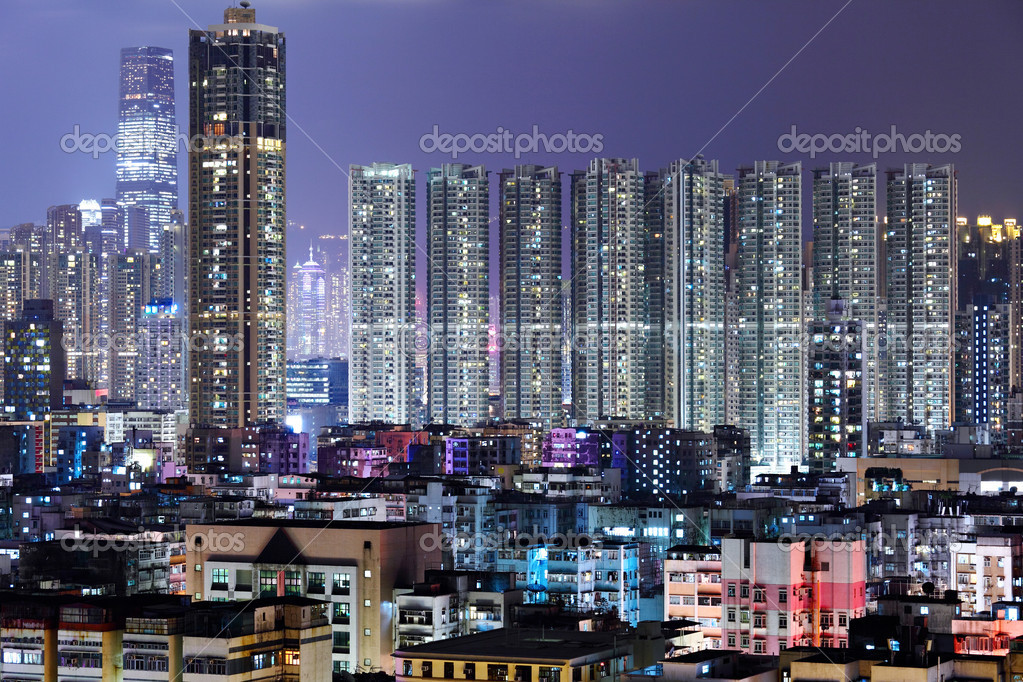 Crowded building at night in Hong Kong — Stock Photo #8910354