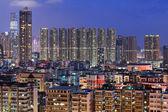 Hong kong z zatłoczonych budynków nocą — Zdjęcie stockowe