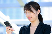 Business woman sms message on mobile phone — Stock Photo