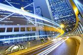 Verkeer in de stad bij nacht — Stockfoto