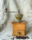 Ancient coffee grinder and the coffee grains — Stockfoto