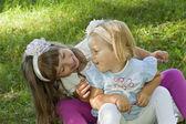 Spiele für Kinder auf dem Gras — Stockfoto