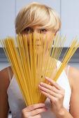 Vrij blond meisje in de keuken maken van pasta — Stockfoto