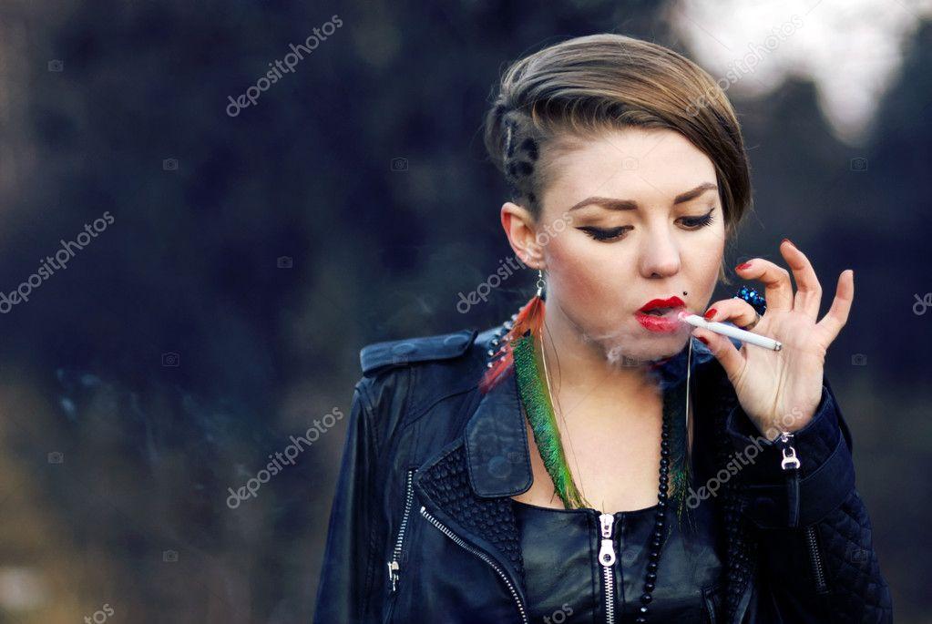 Fille de hipster blond avec léopard coupe de cheveux fumer cigarette seul à  l\u0027extérieur à l\u0027automne \u2014 Image de dmitryzubarev