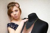 构成人体模特附近的女孩 — 图库照片